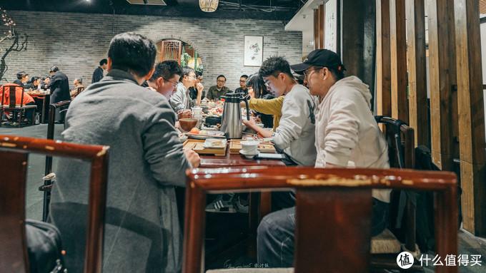 青藤里最长的一张桌子被值友们占领