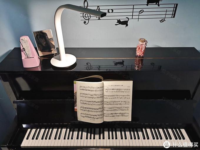 弹钢琴也需要保护视力 明基PianoLight智能钢琴灯