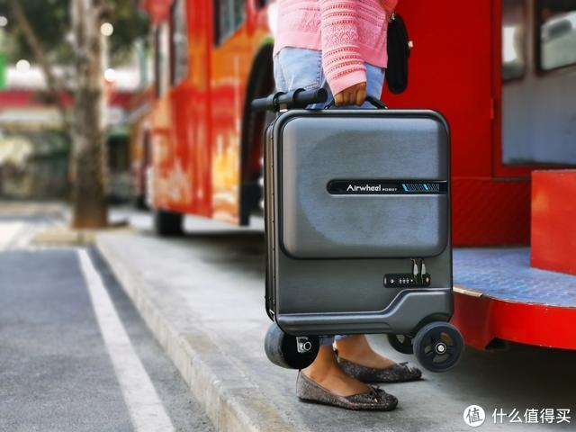 骑上Airwheel爱尔威电动行李箱旅行去,网友:真牛逼,车费都省了
