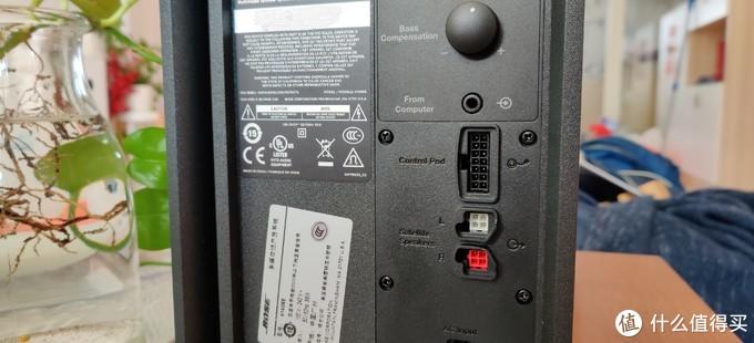 低音音箱背部有线控接口,L/R卫星音响接口,电源线接口,低音效果调节旋钮,这几个接口都不是标准接口,所以不要想着自己去延长线了。