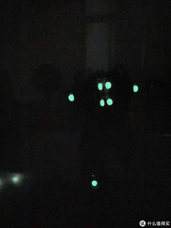 晚上关灯后部分发光积木点亮了周围环境