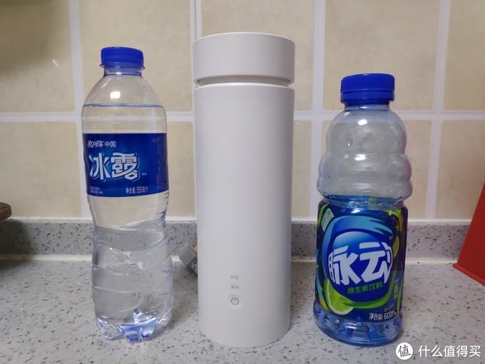 用脉动和矿泉水瓶子对比一下大小