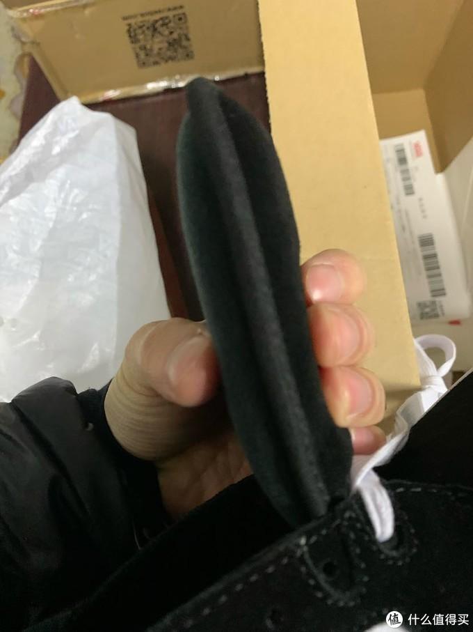 大家看看这鞋舌是真的厚,目测2-3cm,