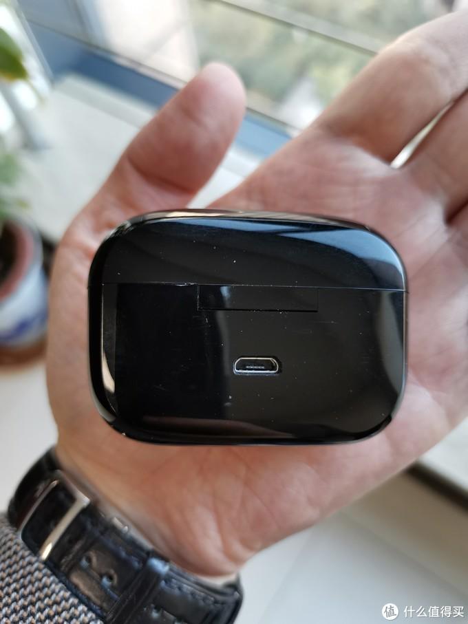 充电盒很廉价,开关弹性还行,很容易有划痕。