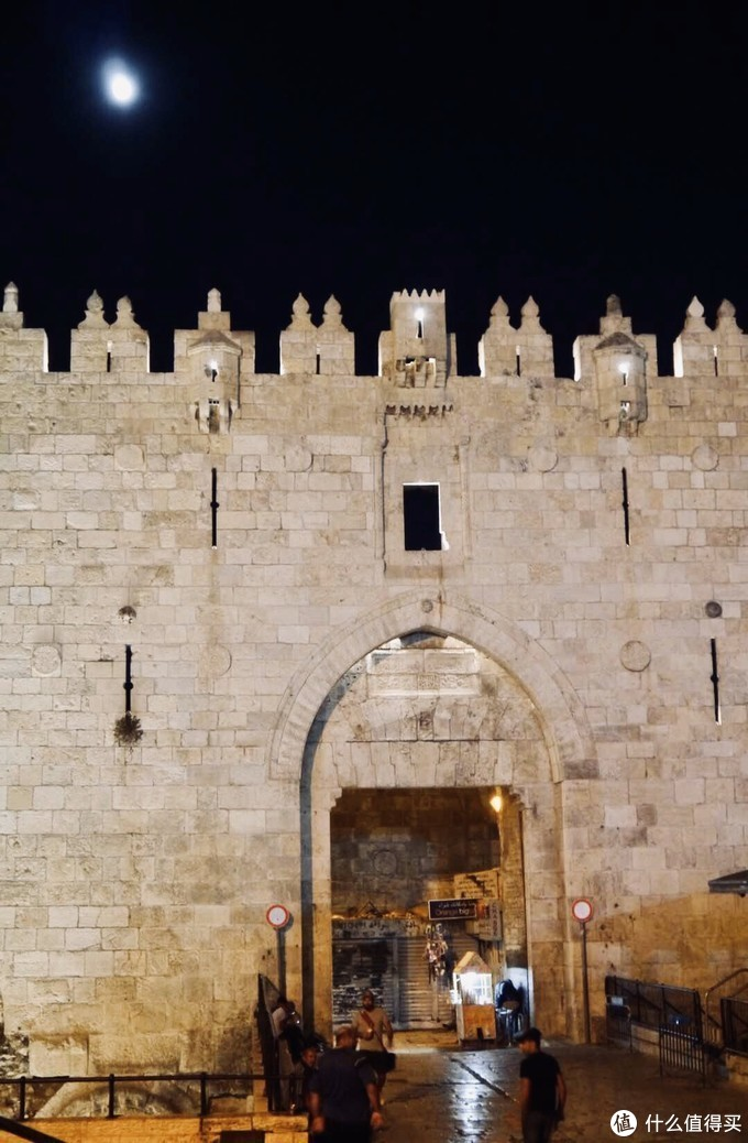 """在耶路撒冷期间刚好是国内中秋节,虽然身在异国他乡只有短短十几天,但看见天空中的圆月时还是不由的思念起家乡,让我想起了李白的那句""""举头望明月,低头思故乡"""",深刻感受到了作为游子的心情。"""