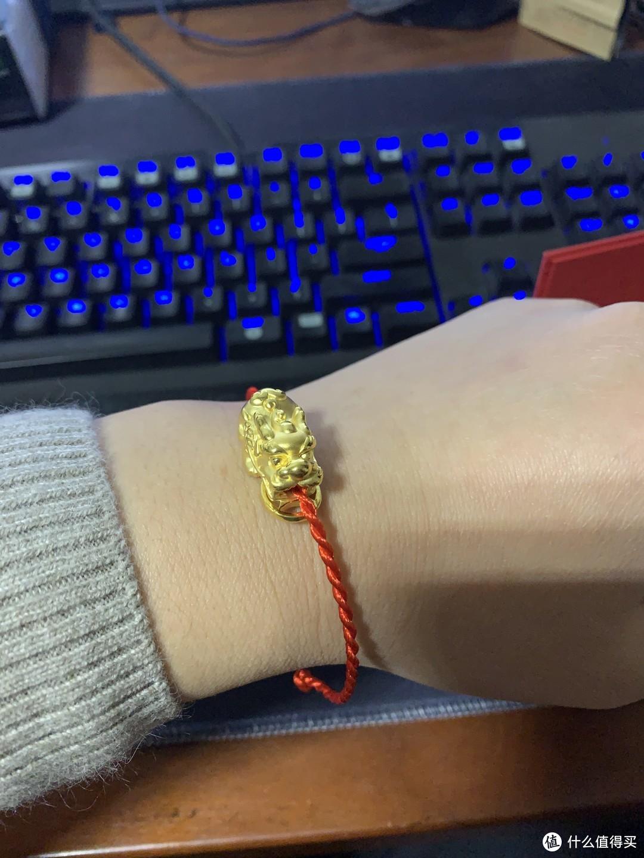 (经过30秒的苦思冥想,我明白了,这款貔貅就是戴在手腕上的。)