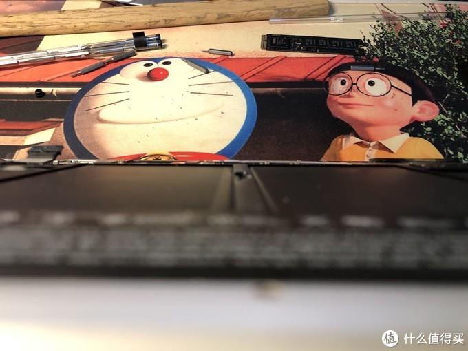 从哆啦A梦铃铛右边看,那是固态硬盘主板接口,顺着往右看,其实整个ssd是左高右低的,目测有1mm的落差,反正只能大力出奇迹了,把螺丝上上了。