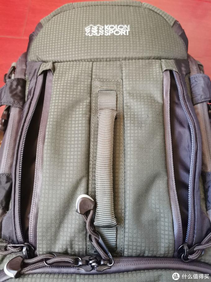 正面的左右两侧各有拉链可以拉开,放置一些随身小物品。