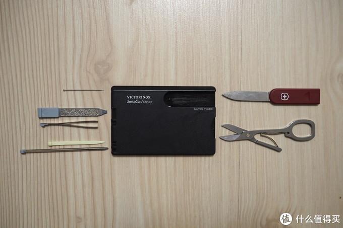 集大头针、指甲锉、镊子、牙签、圆珠笔、刀、剪子于一身的瑞士军刀卡,拆快递有用,其余时间是个废物。