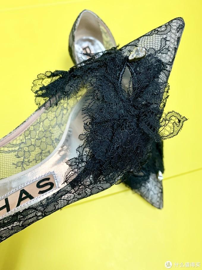 鞋头是舞会面具设计,简单的一颗水钻点缀,不错吧~!
