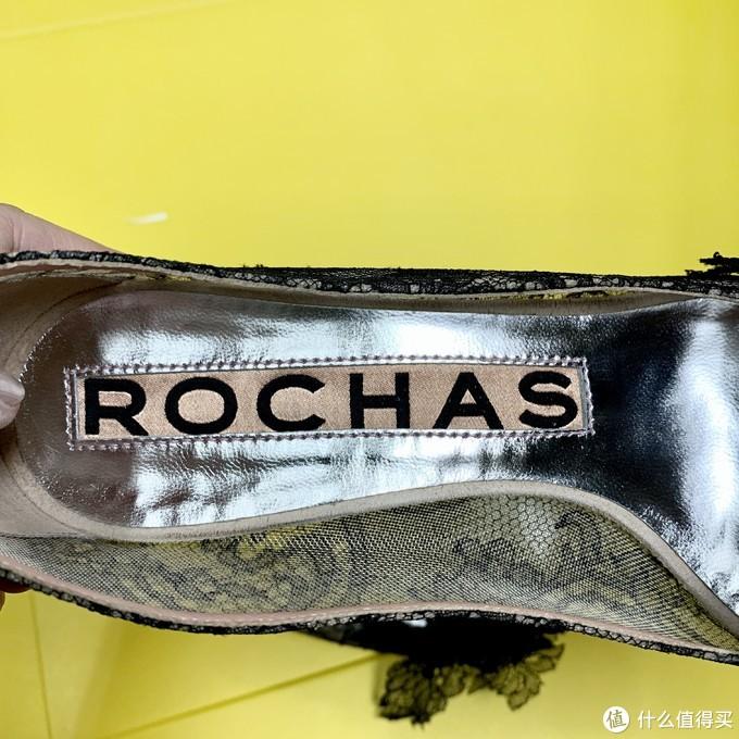品牌ROCHAS在鞋底非常抢眼,鞋子侧面则是透明的,也是黑蕾丝覆盖