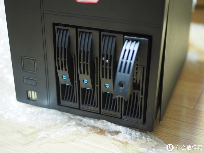 前置硬盘托、电源、重启和两个usb