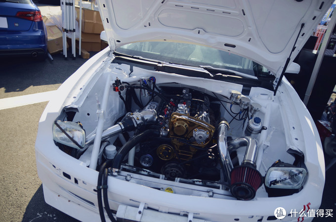 突然发现了个奇怪的车,明明从屁股后面看是太Golf Mark4 ,可机舱里面塞的这是啥。。。好恐怖的感觉,哪位大神来解答下出处。。。