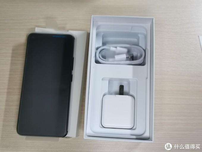 这个就是全家福了,手机一个,充电器一个,数据线一根,透明手机壳一个