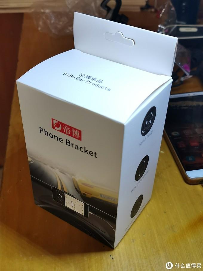 支架盒子是这样的。里面包括仪表罩支架底座、出风口支架底座、手机夹子和螺母。