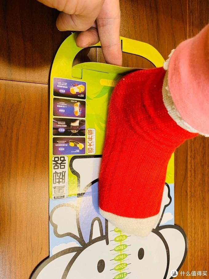 按照它给我们的这个量脚器,孩子的脚长确实是17cm,但是穿鞋进去我摸了一下还有一个手指头的宽度!