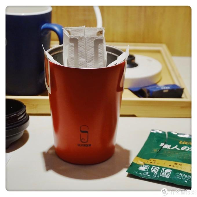 咖啡杯和保温杯是同一家店买的,带上盖子的话就是一个星爸爸咖啡纸杯的造型,蛮可爱的,比较环保。