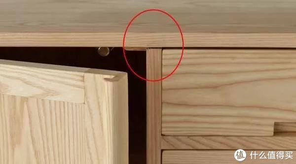 竖板与顶板之间的连接(白蜡木),缝隙大,图片来自网络