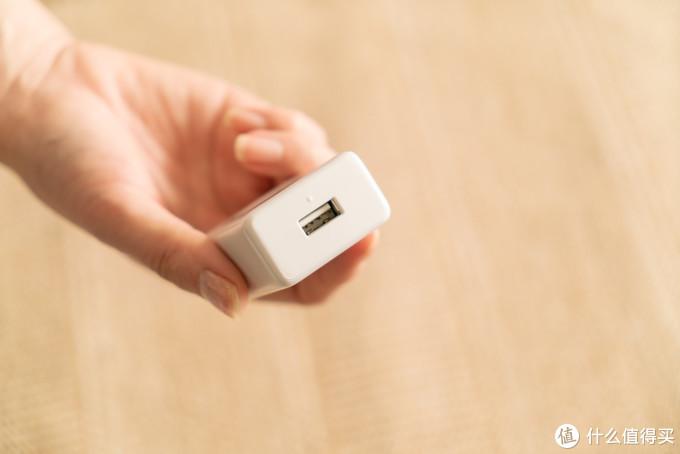 唯一一个USB充电插槽,有个突起的塑料点方便识别USB正反面,算是人性化细节设计