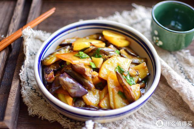 土豆茄子这么做,比地三鲜还好吃,不油炸不用炖,保证看一遍就会