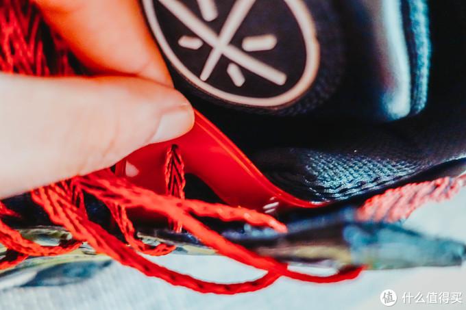 鞋带是鞋帮塑料片双穿孔的