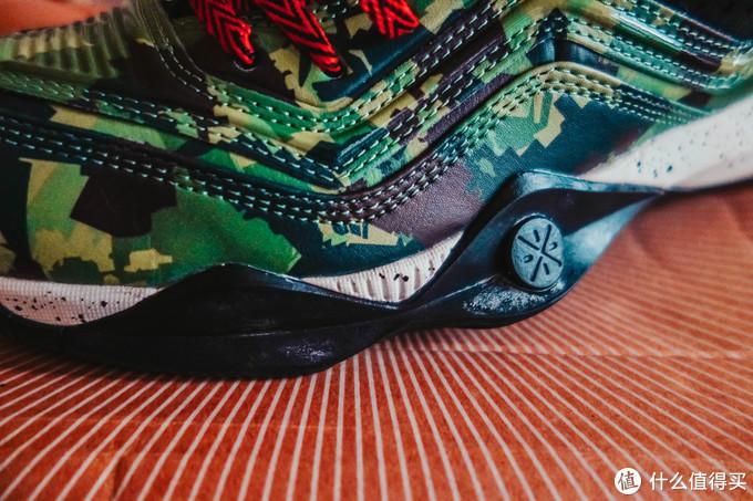 鞋前侧有很大的防侧翻突出,弯折处既有留出也契合W流线