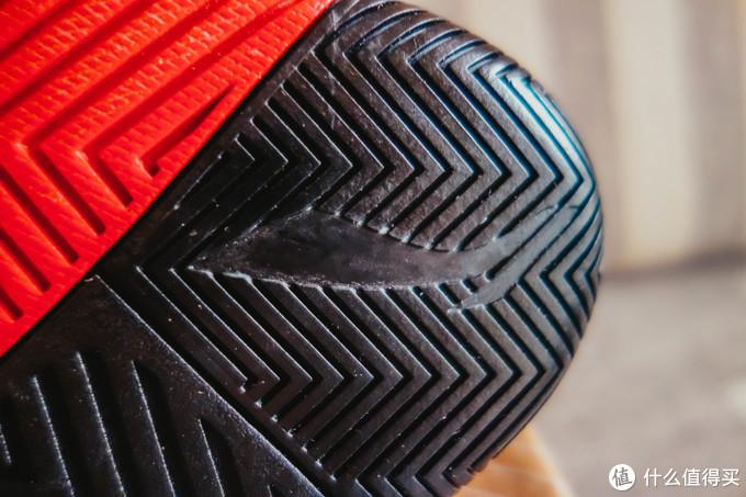但是不得不说就算橡胶有点奇怪,这个鞋底的抓地力还是很好