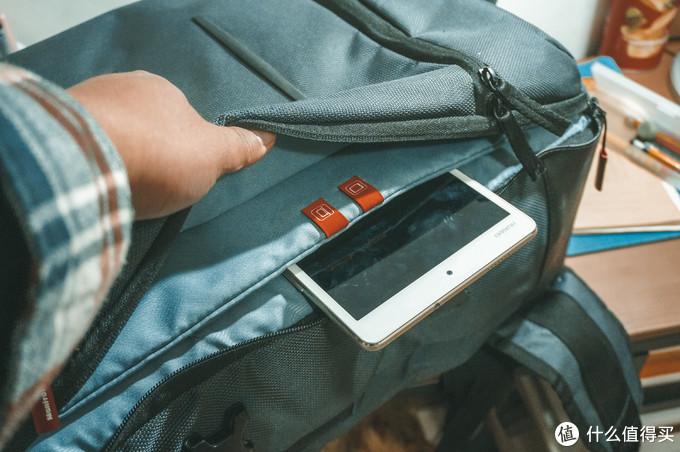 包包侧侧面为电脑层,分两层设计,一层为专用的pad仓位,一层为笔记本仓位。