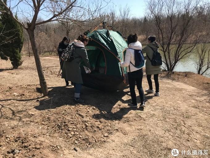 和朋友一起搭帐篷