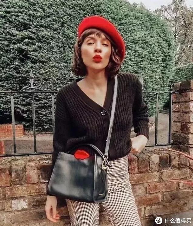 人手一件的针织单品,为什么海莉这么穿,更有气质?
