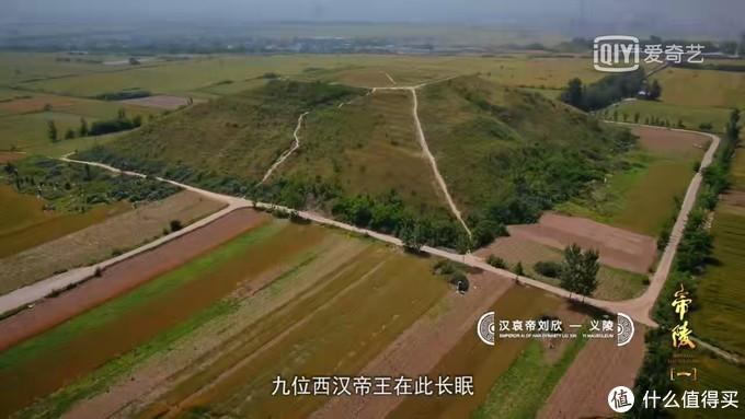 巨大的覆斗型陵墓遗址