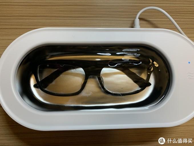 可以看到在开始清洗的时候,一些像雾一样的东西从眼镜中