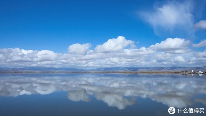 """冬天的茶卡盐湖虽然气温低,但是这时候由于气温较低,天气晴好,大片的岩层结晶给人的感觉更美更壮观,""""天空之境""""的效果反而会更加逼真。"""
