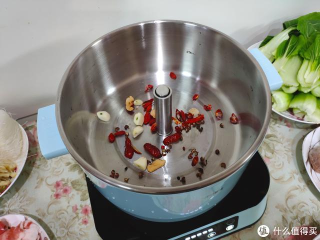 既然寒意不可避免,何不用臻米升降电火锅愉快地吃它一顿