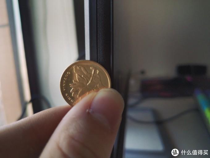 用五毛硬币对比一下侧边厚度不到一半
