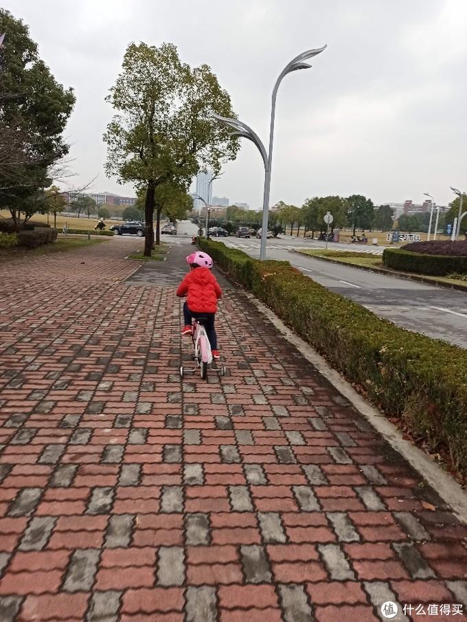 上海交通大学闵行校区东川路800号(迪卡侬套装)淡水河桥儿童车骑行快乐