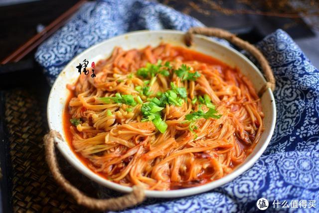 1把金针菇2勺豆瓣酱,锅里一扔,几分钟就能做出香辣过瘾的下饭菜