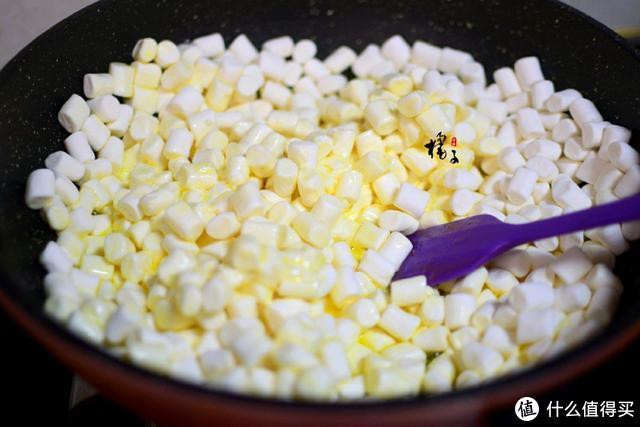 风靡网络的雪花酥也能自己做,奶香味十足,甜而不腻,越吃越上瘾