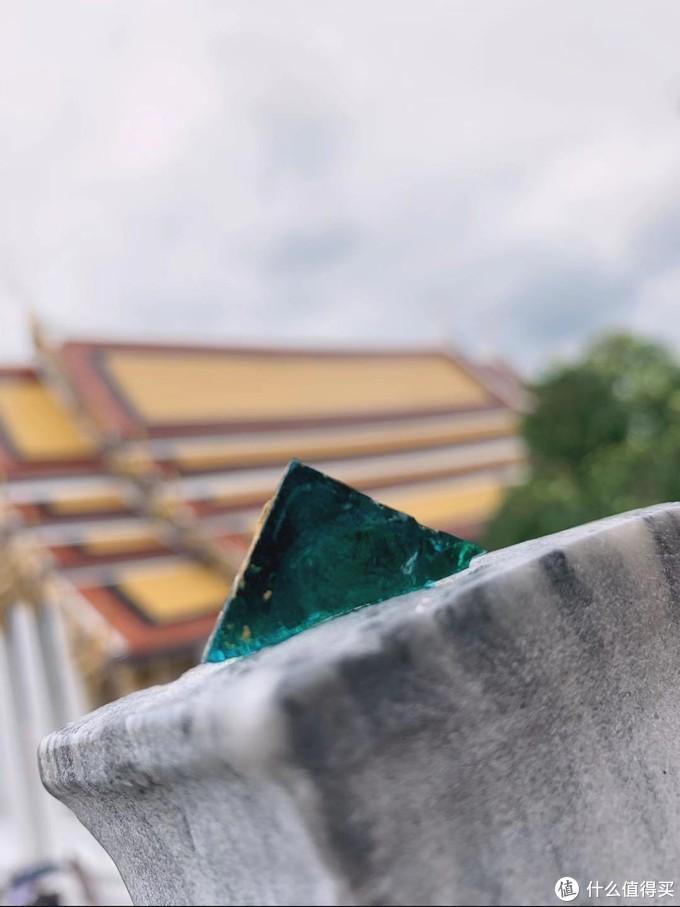 玉佛寺墙上掉落的琉璃