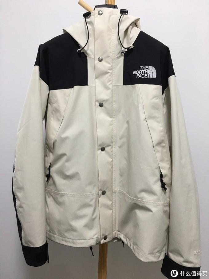 复古白,好看不耐脏。胸前2个巨大的口袋,口袋内部采用起绒材料。