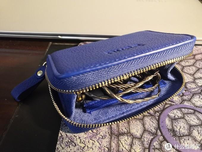 一个很蓝的包包
