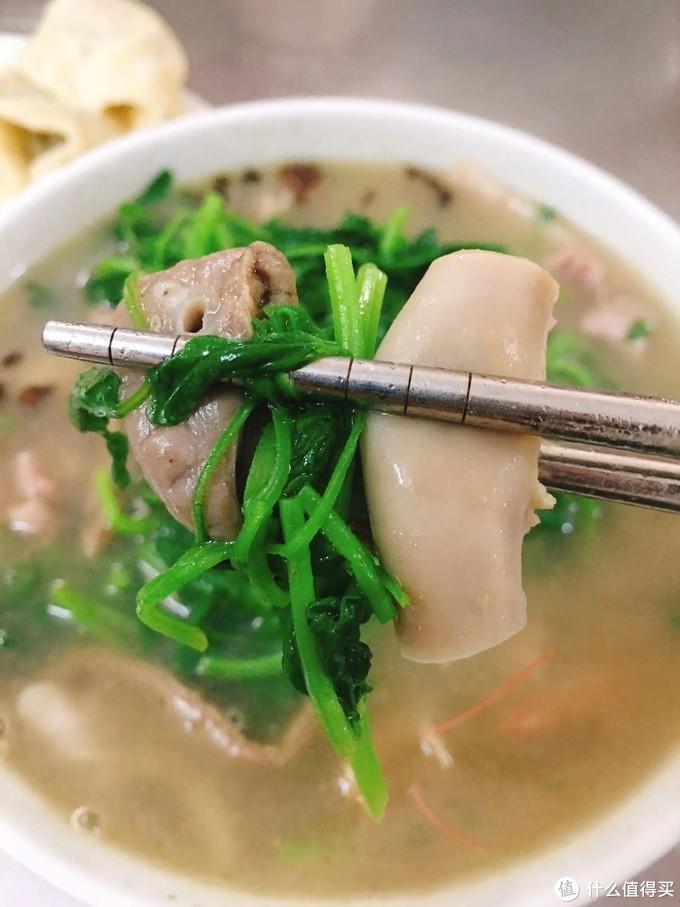 益母草猪血汤,很鲜,里面还有虾,新鲜的益母草还挺好吃的。