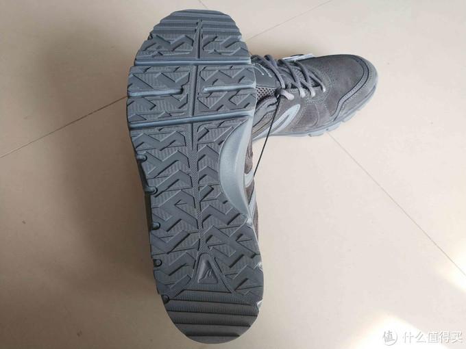 鞋底看上去不太防滑,试穿了一下踩在瓷砖上咯吱咯吱的,花纹也挺浅,真要雨雪天估计还是算了吧。
