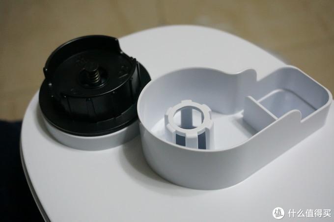 水箱处,就没什么乾坤了,相对比较常态化。黑色为水箱注水口,打开有两层橡胶垫,防水做的不错。