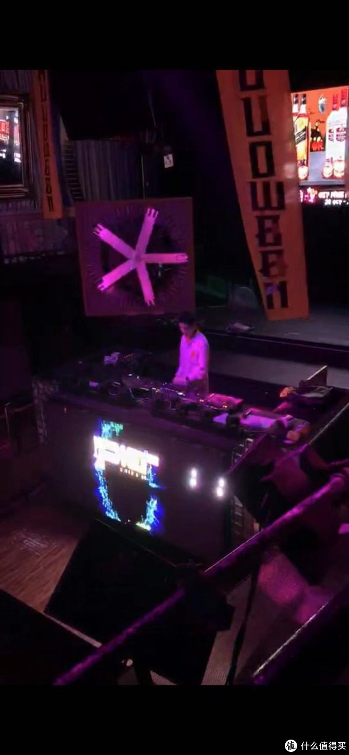 酒吧里面跟国内差不多,DJ在前面high