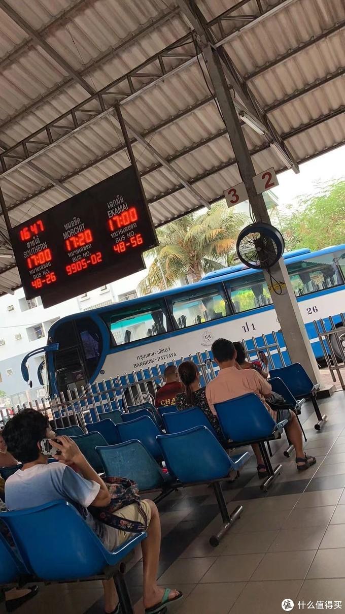 芭提雅长途车站,都是这种蓝色空调大巴