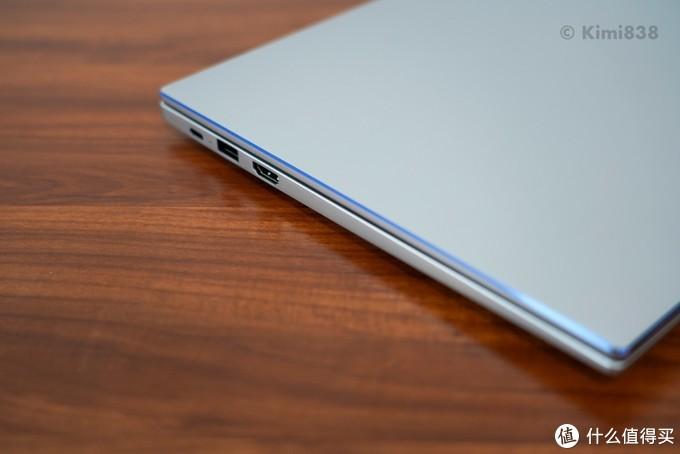 ▲ 荣耀MagicBook 14锐龙版的接口设置也是主流水准,支持PD充电,携带外出时可以和手机共用一个充电器。