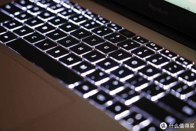 ▲键盘有背光,虽然亮度只有两级可调,但对于日常使用足够。