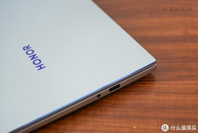 ▲ 荣耀MagicBook 14锐龙版的右侧接口为USB-A接口以及3.5mm音频接口。