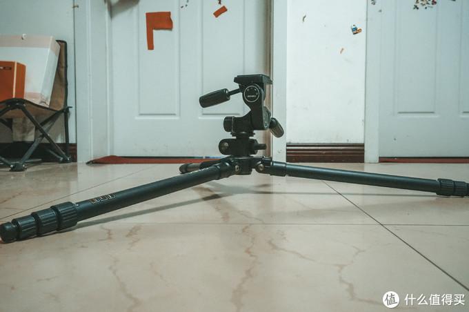 反而是可以拍摄最低角度的三角架。此三角架室内拍摄利器,稳定,70200之类的,也是毛毛雨。